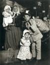 1905_Lewis_Hine_Familia italiana en Ellis Island, New York